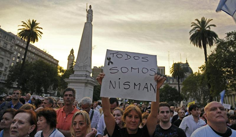 "A woman holds a sign reading ""We are all Nisman"" during a demo at Mayo square, in Buenos Aires on January 19, 2015, against the death of Argentine public prosecutor Alberto Nisman (AFP Photo/Alejandro Pagni)"