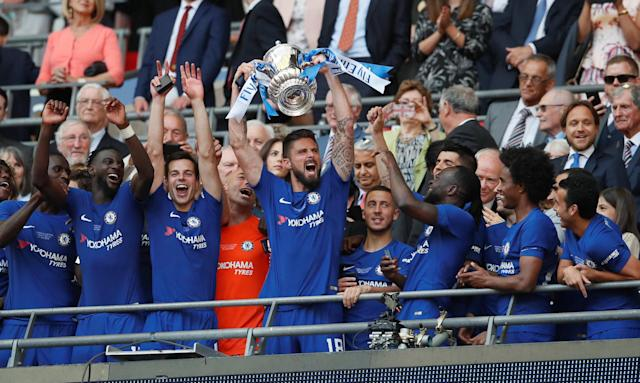 Soccer Football - FA Cup Final - Chelsea vs Manchester United - Wembley Stadium, London, Britain - May 19, 2018 Chelsea's Olivier Giroud lifts the trophy as they celebrate winning the FA Cup REUTERS/David Klein