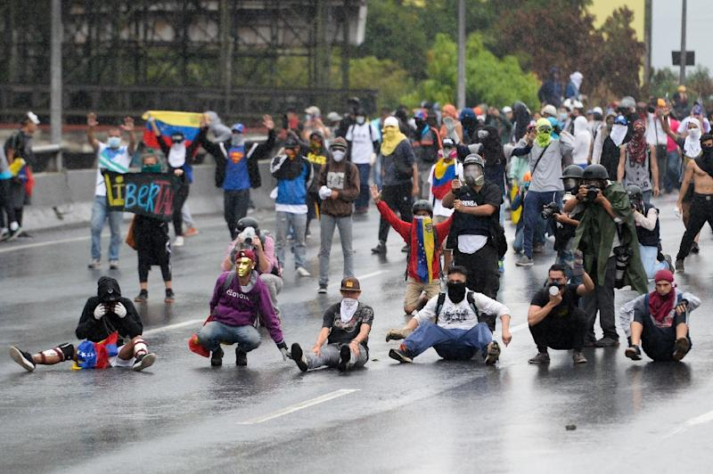 Venezuelan opposition activists protest against President Nicolas Maduro's government, in Caracas on April 13, 2017 (AFP Photo/FEDERICO PARRA)