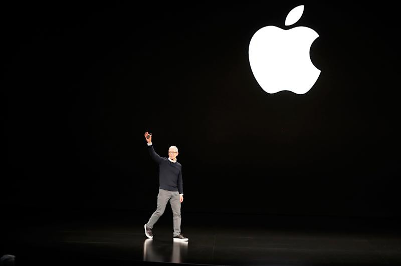 Tim Cook, CEO of Apple, waves to attendees during an Apple special event at the Steve Jobs Theater in Cupertino, California, U.S., March 25, 2019. REUTERS/Stephen Lam