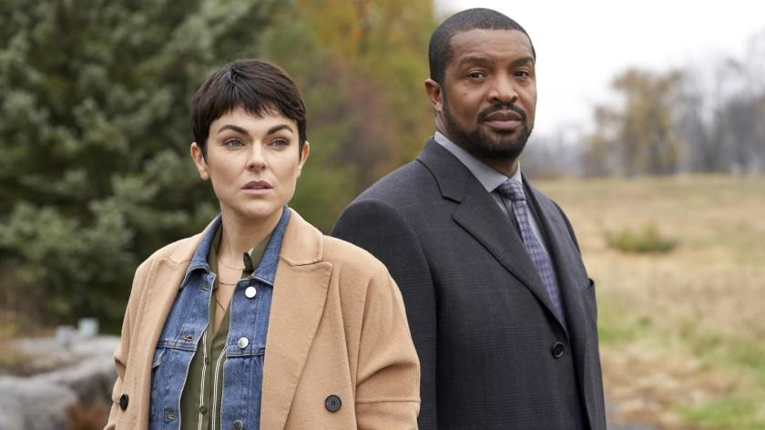 """Coroner -- The CW TV Series, Coroner -- """"Bridges"""" -- Image Number: COR108_1000r.jpg -- Pictured (L-R): Serinda Swan as Dr. Jenny Cooper and Roger Cross as Detective Donovan """"Mac"""" McAvoy -- Photo: © 2020 Muse Entertainment Enterprises, Inc. Serinda Swan and Roger Cross in """"Coroner"""" on The CW."""