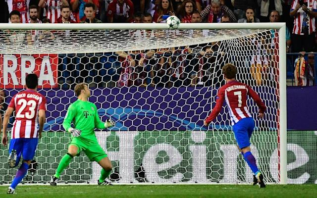 Atletico Madrid's Antoine Griezmann (R) watches his penalty kick hit the crossbar during the UEFA Champions League Group D match against Bayern Munich (AFP Photo/Pierre-Philippe Marcou)