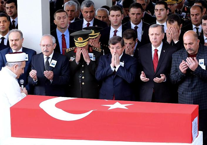 Turkey's Chief of Staff General Hulusi Akar (2nd L), Turkey's Prime Minister Ahmet Davutoglu (C) and Turkey's President Recep Tayyip Erdogan (2nd R) pray during the funeral ceremony for Army Officer Seckin Cil in Ankara, on February 18, 2016 (AFP Photo/Adem Altan)
