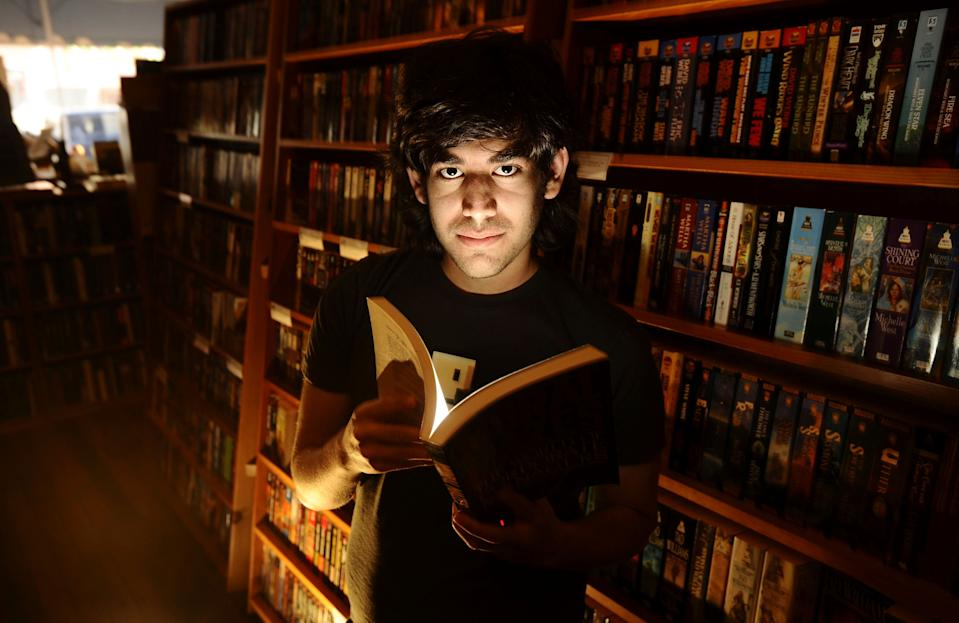 Aaron Swartz poses in a Borderland Books in San Francisco on February 4, 2008. Internet activist and programmer Swartz, who helped create an early version of RSS and later played a key role in stopping a controversial online piracy bill in Congress, has died at age 26, an apparent suicide, New York authorities said January 13, 2013.  REUTERS/Noah Berger  (UNITED STATES - Tags: PORTRAIT SCIENCE TECHNOLOGY OBITUARY)