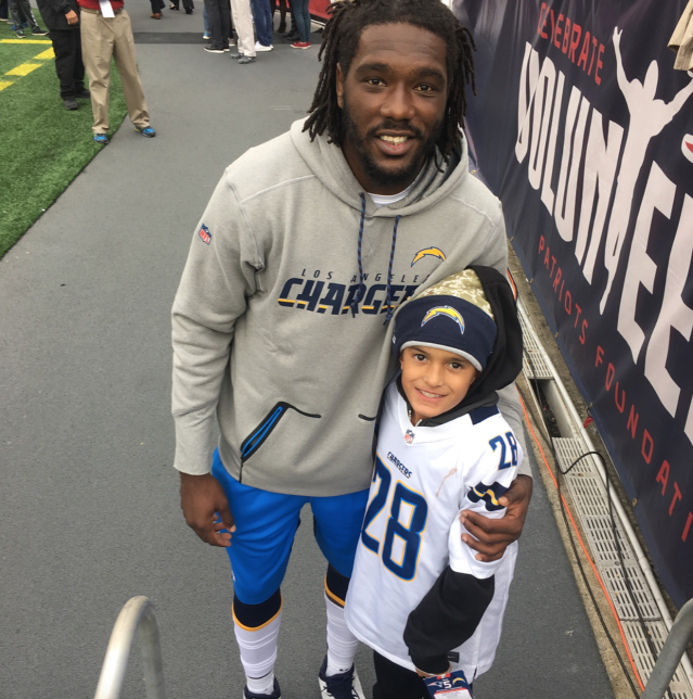 Chris McCain with a young fan. (Via humble_beginnings16 on Instagram)