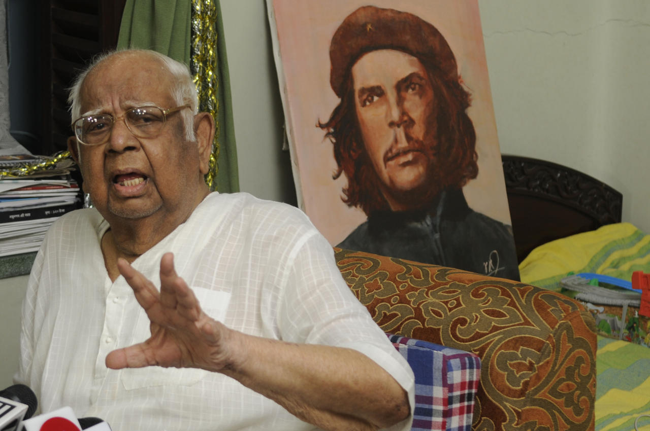 <p>Former Speaker of the Lok Sabha and CPI(M) MP Somnath Chatterjee interacts with media on Panchayat poll violence during nomination filing, at his South Kolkata residence, India, on April 29, 2018. (Photo by Samir Jana/Hindustan Times via Getty Images) </p>