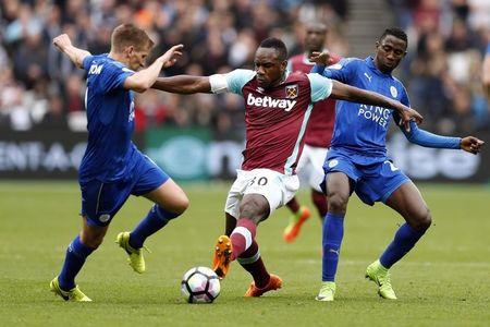 West Ham United's Michail Antonio (C) in action with Leicester City's Marc Albrighton (L) and Wilfred Ndidi (R)