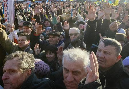 Pro-European integration protesters raise their hands during a rally in Independence square in Kiev December 22, 2013. REUTERS/Gleb Garanich