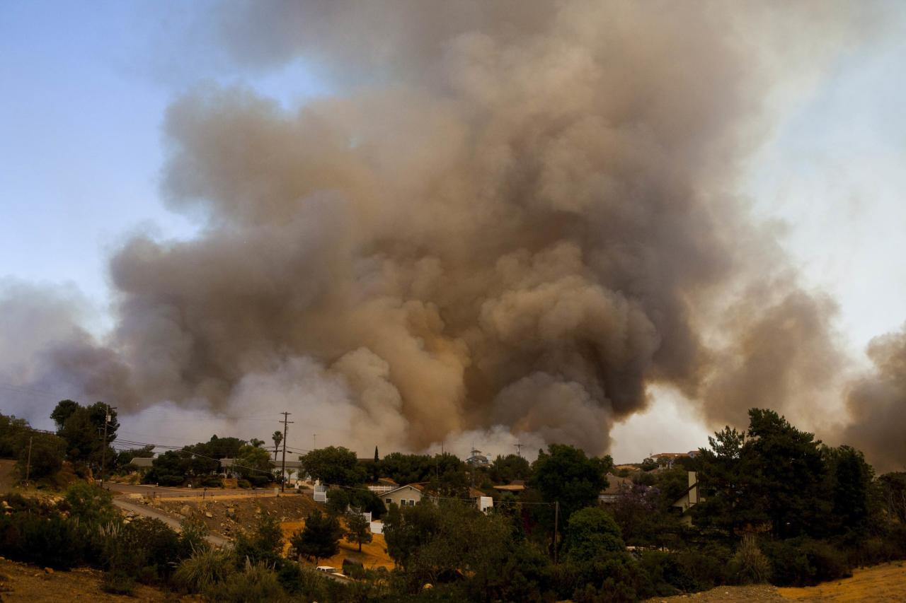 The Cocos Fire rages in San Marcos, California May 15, 2014. REUTERS/Sam Hodgson (UNITED STATES - Tags: ENVIRONMENT DISASTER)