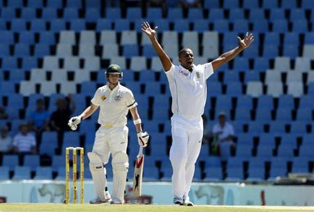 Australia's Steve Smith (L) looks on as South Africa's Vernon Philander appeals unsuccessfully during the second day of their cricket test match in Centurion February 13, 2014. REUTERS/Siphiwe Sibeko