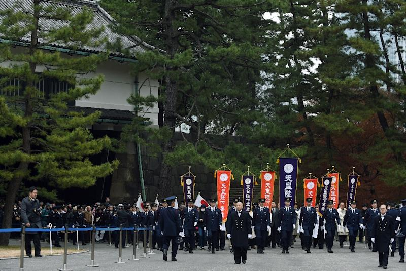 Police lead well-wishers into the Imperial Palace grounds to celebrate Emperor Akihito's 82nd birthday, in Tokyo, on December 23, 2015 (AFP Photo/Toshifumi Kitamura)