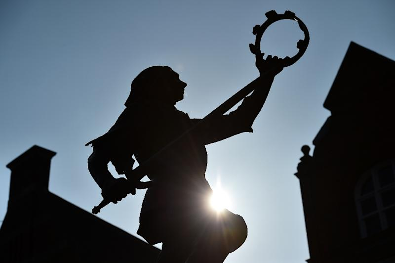 A statue of England's King Richard III is pictured outside Leicester Cathedral on March 23, 2015 (AFP Photo/Ben Stansall)