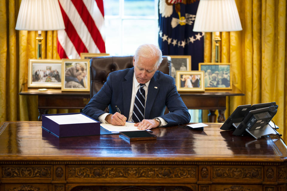 "El presidente Joe Biden firma el ""Plan de Rescate Estadounidense"" en el Despacho Oval de la Casa Blanca en Washington, el 11 de marzo de 2021. (Doug Mills/The New York Times)"