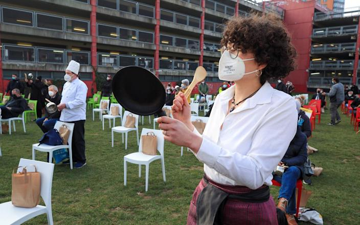 Restaurant owners and cooks make noise with pots and pans to protest against the lockdown - WOLFGANG RATTAY/REUTERS