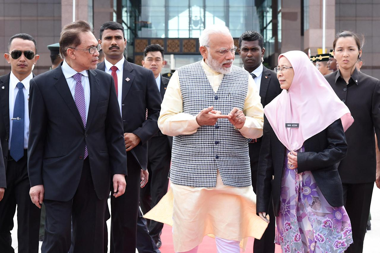 India's Prime Minister Narendra Modi talks to Malaysia's Deputy Prime Minister Wan Azizah as politician Anwar Ibrahim listens in Sepang, Malaysia May 31, 2018. Department of Information/Muhairul Azman via REUTERS ATTENTION EDITORS - THIS IMAGE WAS PROVIDED BY A THIRD PARTY. NO RESALES. NO ARCHIVES.