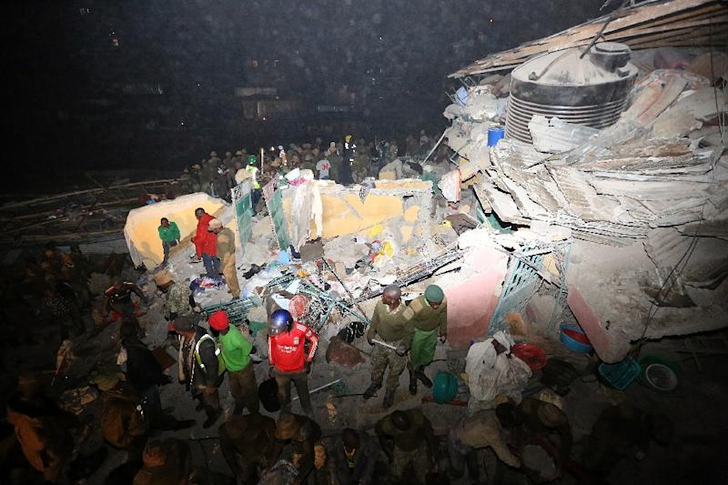Kenyan security forces and emergency personnel look for survivors trapped under the rubble of a collapsed building in Nairobi late on April 29, 2016 (AFP Photo/)
