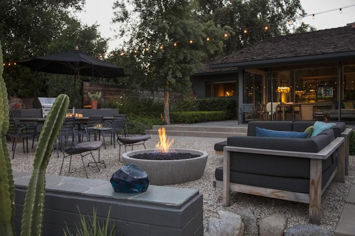 "A fireplace adds to the yard's modern vibe. <span class=""copyright"">(Jennifer Cheung)</span>"