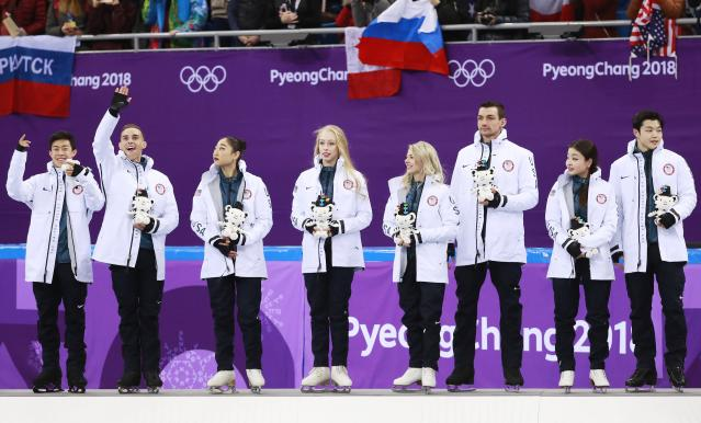 <p>Team USA (from left) Nathan Chen, Adam Rippon, Mirai Nagasu, Bradie Tennell, Alexa Scimeca Knierim, Kris Knierim, Maia Shibutani and Alex Shibutani during the venue ceremony after placing third in the Figure Skating Team Event competition at the Gangneung Ice Arena during the PyeongChang 2018 Olympic Games, South Korea, 12 February 2018. (Corea del Sur, Estados Unidos) EFE/EPA/HOW HWEE YOUNG EPA-EFE/HOW HWEE YOUNG </p>