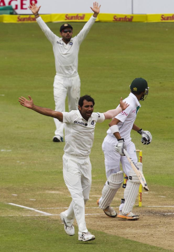 India's Mohammed Shami (front) and Virat Kohli appeal unsuccessfully for the wicket of South Africa's Robin Peterson during the fourth day of the second test cricket match in Durban, December 29, 2013. REUTERS/Rogan Ward (SOUTH AFRICA - Tags: SPORT CRICKET)