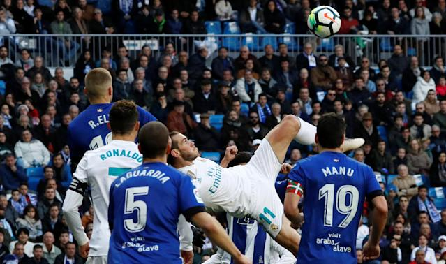 Soccer Football - La Liga Santander - Real Madrid vs Deportivo Alaves - Santiago Bernabeu, Madrid, Spain - February 24, 2018 Real Madrid's Gareth Bale shoots at goal REUTERS/Juan Medina
