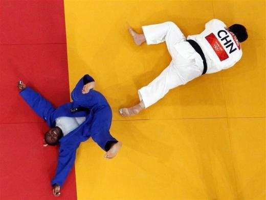 Cuba's Idalys Ortiz (L) celebrates after winning her women's 78kg semifinal judo match against China's Tong Wen at the London 2012 Olympic Games August 3, 2012.