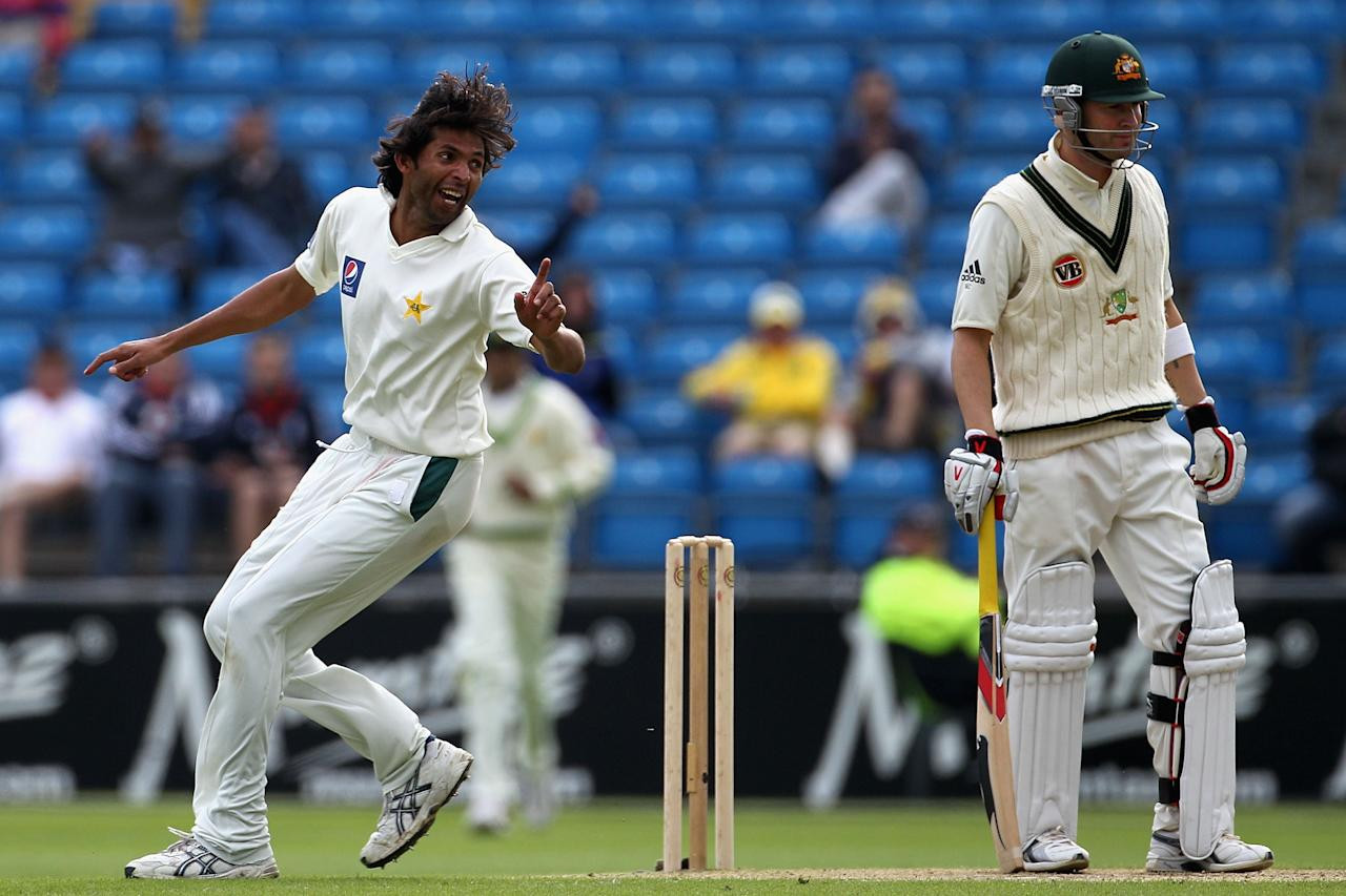LEEDS, ENGLAND - JULY 22:  Mohammad Asif of Pakistan appeals unsuccessfully for caught behind against Michael Clarke of Australia during day two of the 2nd Test between Pakistan and Australia played at Headingley Carnegie Stadium on July 22, 2010 in Leeds, England.  (Photo by Hamish Blair/Getty Images)