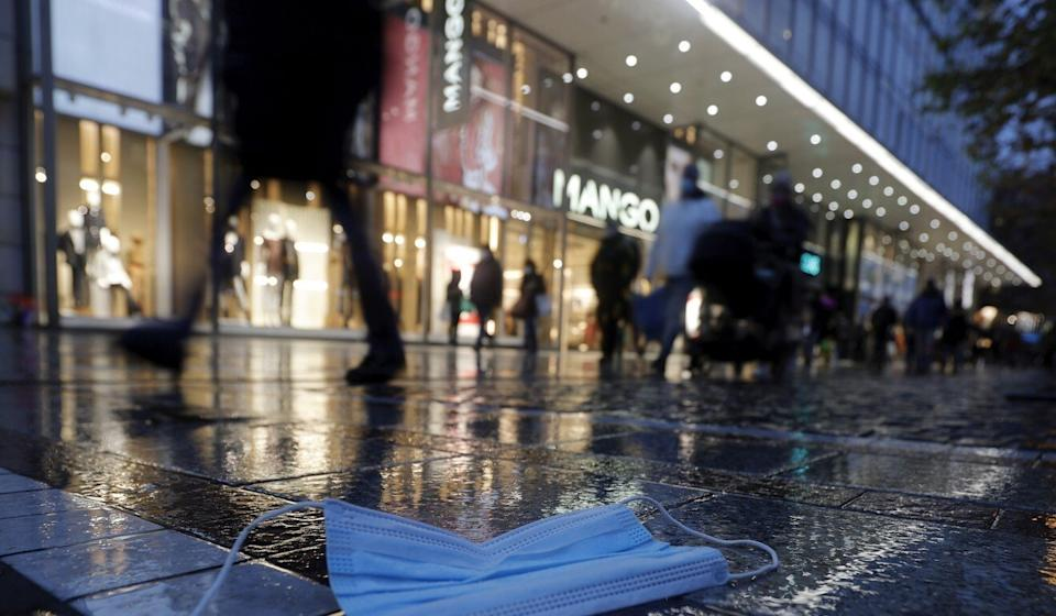 A face mask on the ground in Frankfurt, Germany. Photo: EPA