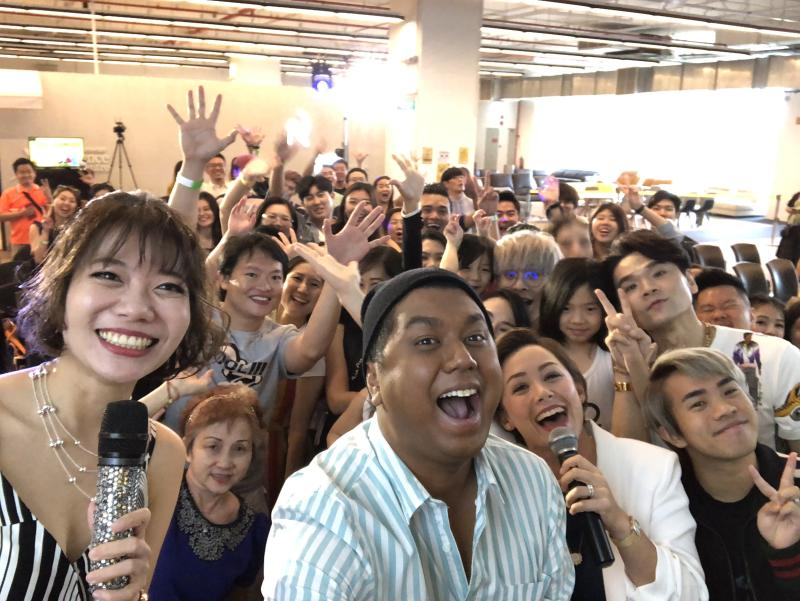 """The mentors of StarHub's """"I Can Be An Influencer"""" contest – Dee Kosh, Jianhao Tan, Kelly Latimer, and Kevin – with participants at a workshop on 6 October 2019 at Gain City, Sungei Kadut. (Photo: StarHub)"""