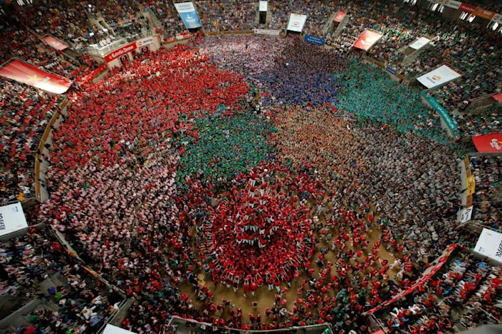 """<p>Colla Joves Xiquets de Valls form a human tower called """"castell"""" during a biannual competition in Tarragona city, Spain, Oct. 2, 2016. (REUTERS/Albert Gea)</p>"""