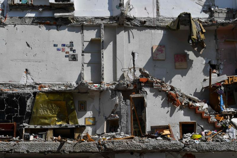View of buildings seriously damaged on September 19th earthquake, from which residents try to recover some of their belongings, before its demolition in Mexico City, on October 13, 2017. An estimated of 1,800 buildings in Mexico City suffered serious damages during the 7,1 quake that hit the country last month and will have to be repaired or demolished. / AFP PHOTO / YURI CORTEZ (Photo credit should read YURI CORTEZ/AFP via Getty Images)