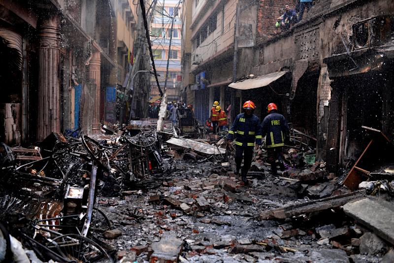 Firefighters gather around buildings that caught fire late Wednesday night in Dhaka, Bangladesh, Feb. 21, 2019. Photo: Mahmud Hossain Opu/AP)