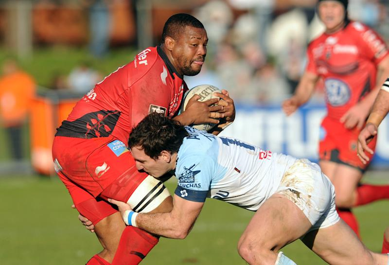 Toulon's number eight Steffon Armitage (L), from Trinidad and Tobago, is tackled by Bayonne's Argentinian center Santiago Fernandez during their French Top 14 match in Bayonne on February 23, 2014 (AFP Photo/Gaizka Iroz)