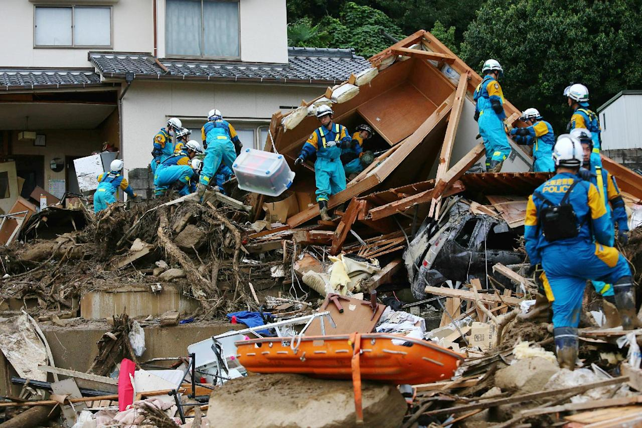Rescue workers search for missing people after a landslide hit a residential area in Hiroshima, western Japan on August 20, 2014 (AFP Photo/Jiji Press)