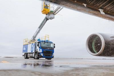 Aéro Mag unveils the world's first electrically powered aircraft de-icing truck on December 17, 2020 at Montreal-Trudeau International Airport. (CNW Group/Aéro Mag)