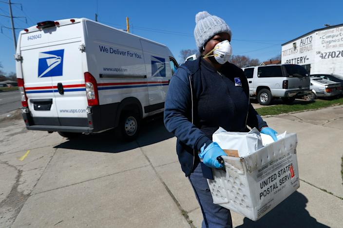 A USPS mail carrier during the COVID-19 pandemic.