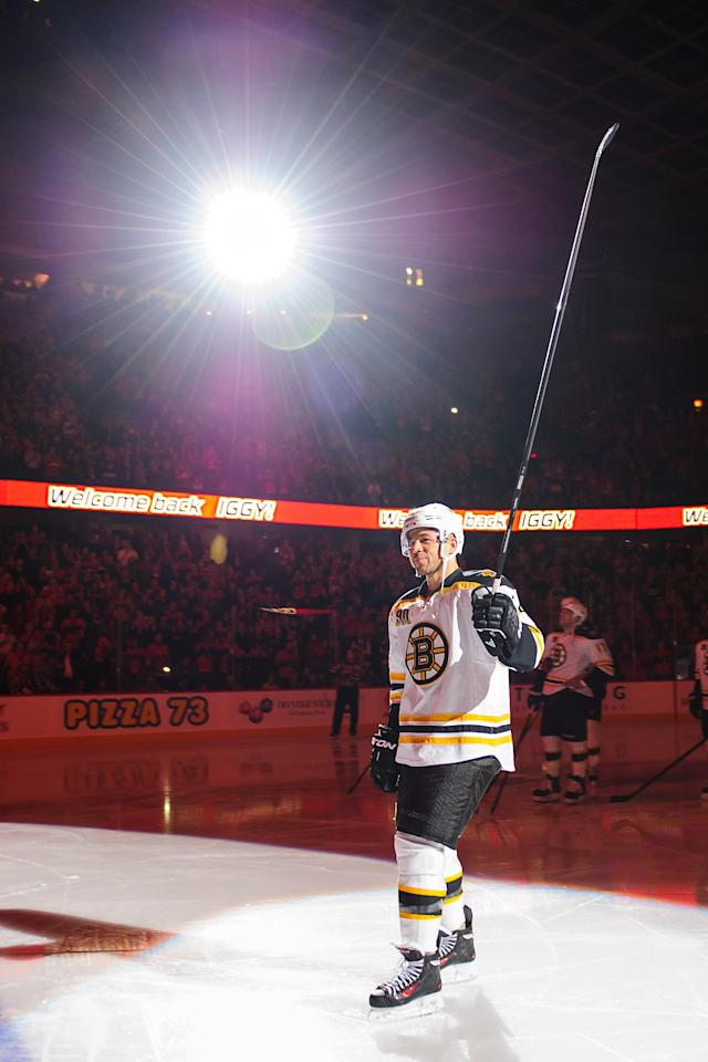 CALGARY, AB - DECEMBER 10: Jarome Iginla #12 of the Boston Bruins salutes the crowd prior to an NHL game against the Calgary Flames at Scotiabank Saddledome on December 10, 2013 in Calgary, Alberta, Canada. (Photo by Derek Leung/Getty Images)