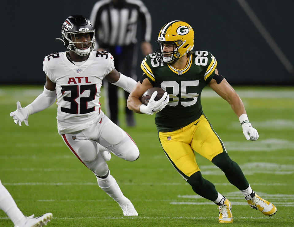GREEN BAY, WISCONSIN - OCTOBER 05: Robert Tonyan #85 of the Green Bay Packers runs with the football against Jaylinn Hawkins #32 of the Atlanta Falcons in the first half at Lambeau Field on October 05, 2020 in Green Bay, Wisconsin. (Photo by Quinn Harris/Getty Images)