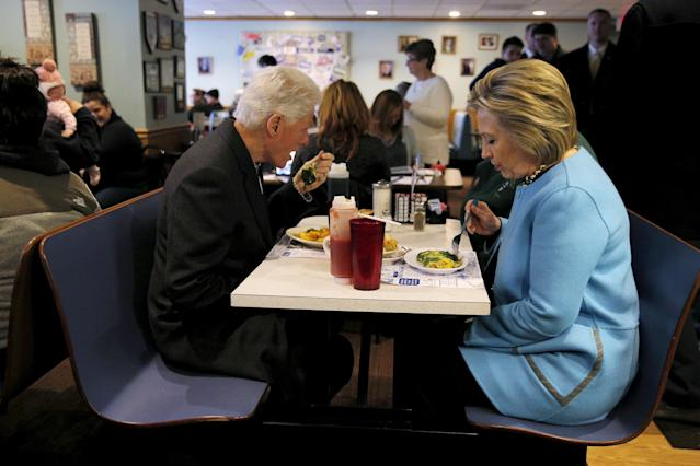 Hillary and Bill Clinton eat breakfast at Chez Vachon restaurant in Manchester, New Hampshire on February 8, 2016. (Brian Snyder / Reuters)