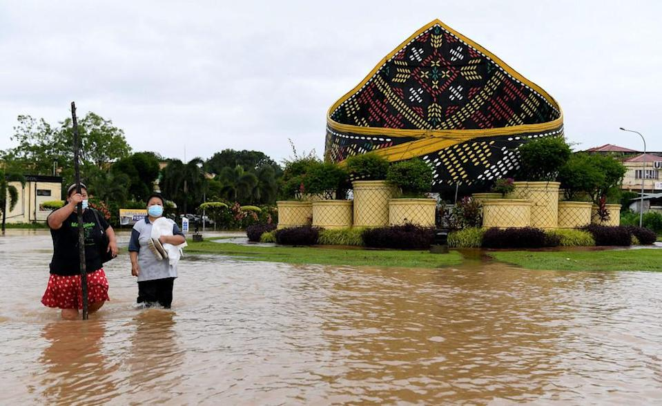 Residents from Pekan Donggongon Penampang wade in flood waters caused by continuous heavy rainfall, January 17, 2021. — Bernama pic