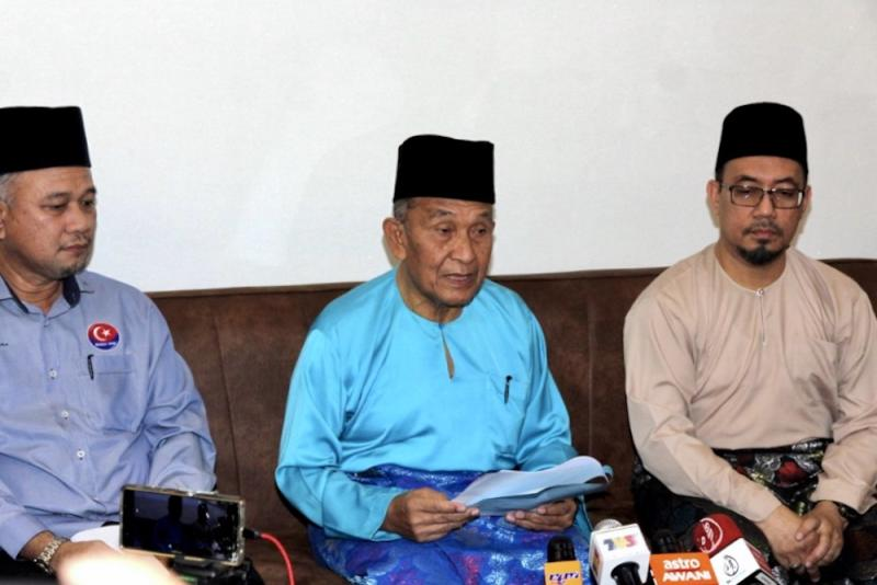 Johor Islamic Affairs, Agriculture and Rural Development Committee chairman Tosrin Jarvanthi (centre) said the raid was 'conducted according to SOP and there was no brutality involved'. — Picture by Ben Tan