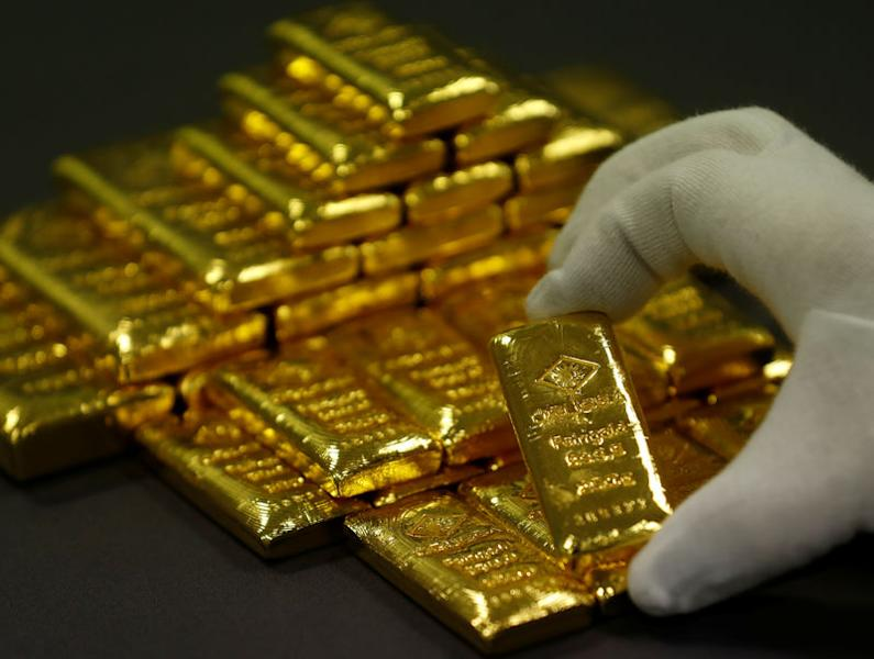 An employee sorts gold bars in the Austrian Gold and Silver Separating Plant 'Oegussa' in Vienna, Austria, December 15, 2017. REUTERS/Leonhard Foeger/File Photo