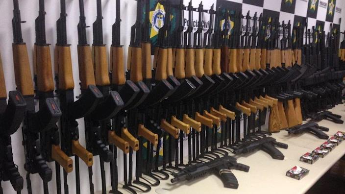 Picture from 2017 shows the rifles intercepted by the Rio police