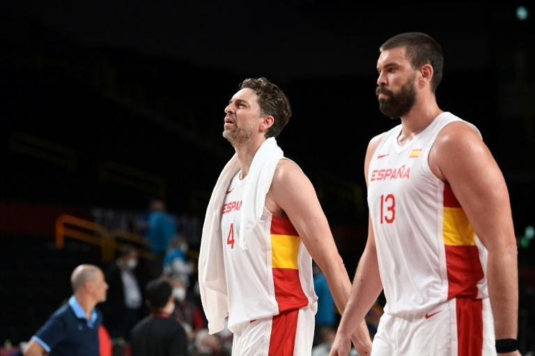 Pau Gasol (L) with brother Marc Gasol (R) during this summer's Olympic Games (AFP/Aris MESSINIS)