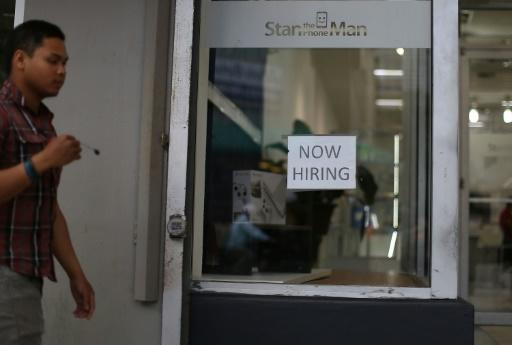 US jobless benefits claims swing low at April's end