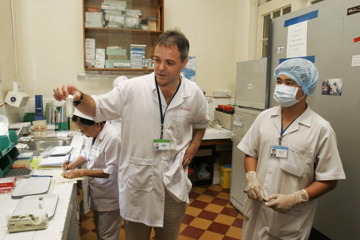 HO CHI MINH CITY, VIETNAM - 2006/09/12: Professor Jeremy Farrar, director of the Oxford University Clinical Research Unit, talks with Vietnamese doctors at the Adult Intensive Care Ward in the Hospital for Tropical Diseases.. (Photo by Chau Doan/LightRocket via Getty Images)