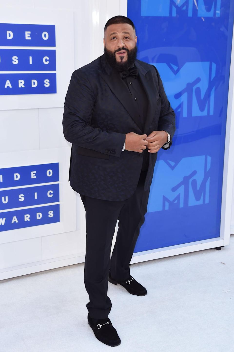 """<p>DJ Khaled, whose album <a href=""""https://www.yahoo.com/katiecouric/major-key-alert-dj-khaled-talks-his-latest-album-snapchat-and-beyonce-191223451.html"""" data-ylk=""""slk:Major Key;outcm:mb_qualified_link;_E:mb_qualified_link;ct:story;"""" class=""""link rapid-noclick-resp yahoo-link""""><i>Major Key</i></a> is a, well, major hit, hosted the pre-show wearing a navy blue giraffe print suit. While special because of its flair, it has an even greater significance considering that Tony Robbins, the motivational speaker and informercial personality, set the performer up with his tailor, who custom made it. <i>(Photo: Getty Images)</i></p>"""