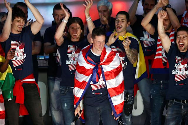 Soccer Football - Atletico Madrid Celebrate Winning The Europa League - Neptuno Square, Madrid, Spain - May 18, 2018 Atletico Madrid's Fernando Torres is applauded by his team mates during the celebrations REUTERS/Juan Medina