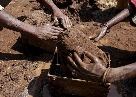 Labourers shape mud bricks as they work at a kiln in Karjat, India, March 10, 2016.  REUTERS/Danish Siddiqui