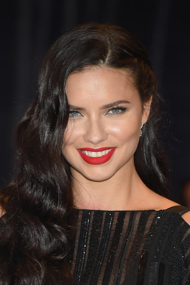 The supermodel looked effortlessly beautiful with loose waves and matte red lips.
