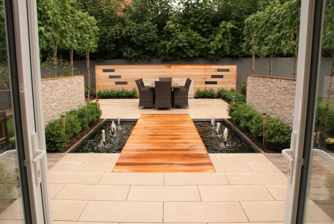 <p>Who says you're only restricted to timber? Mixing and matching stone paving into a wooden deck can result in an interesting design, not to mention contrast between different tones and textures. </p><p>The added lightening colours of the stone also 'soften' the wood, making it look not quite as heavy, especially in large gardens.</p>  Credits: homify / Hannah Collins Garden Design